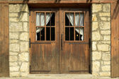 Old building with wood door — Stockfoto