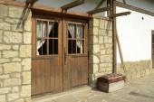 Old building with wood door — Stockfoto
