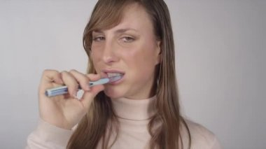 Young woman brushing her teeth — Stock Video