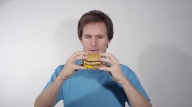 Man eating junk food — Stock Video