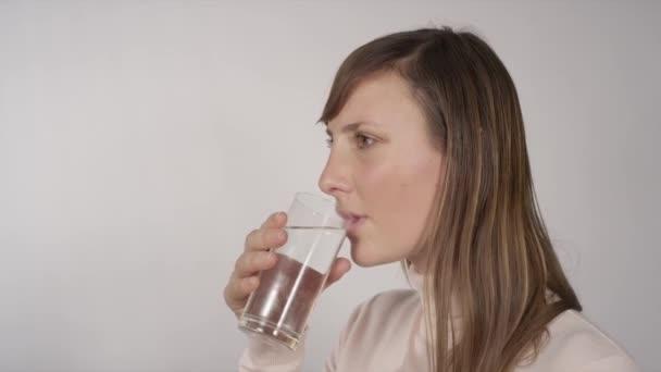 Agua potable de mujer — Vídeo de stock