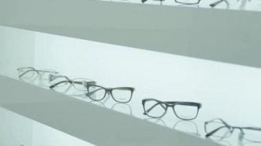 Glasses on the shelf — Vídeo stock
