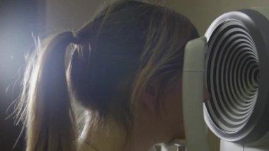 Female having an eye test — Stock Video