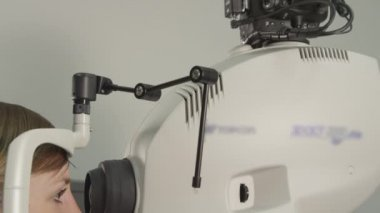 Computer eye test at optometrist — Stock Video