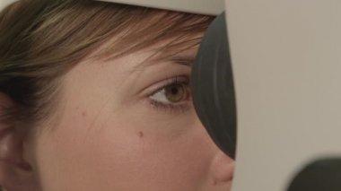 Female having her iris photographed — Stockvideo