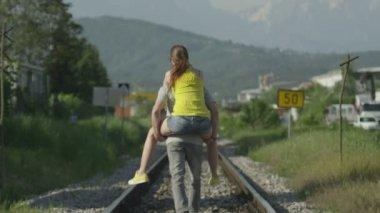 Happy couple traveling piggyback — Stock Video