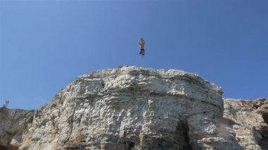 Man jumps off the cliff — Stock Video