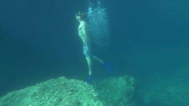 два водолаза, поднимающие до уровня моря — Стоковое видео