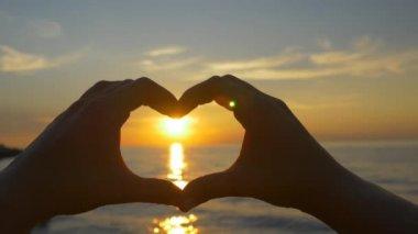 закат руками сердечной формы — Стоковое видео