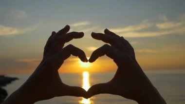 Capturing the sun with heart shaped hands — Stock Video