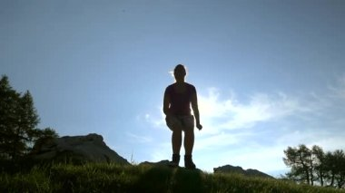 Female hiker jumping — Stock Video