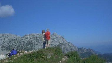 Couple admiring view on mountain peak — Stock Video