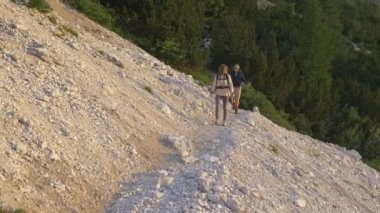 Couple hiking in scree — Stock Video