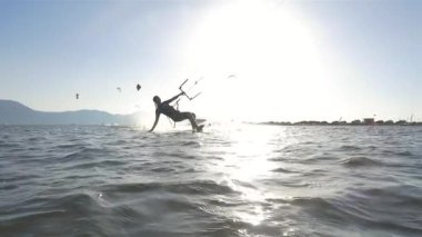 Female kiter gliding on water surface — Stok video