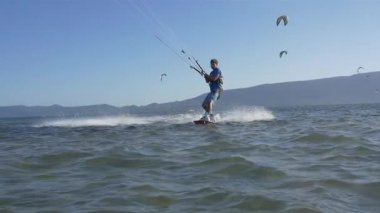 Advanced kiteboarder extreme jumping trick — Stockvideo