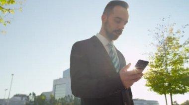 Businessman chatting on smartphone — Stock Video