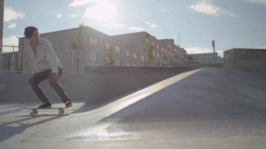 Skateboarder springen — Stockvideo