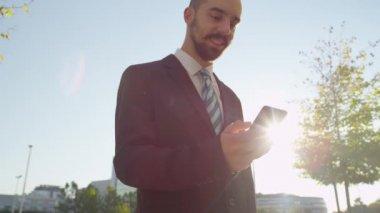 Businessman texting message — ストックビデオ