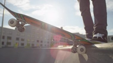 Skateboarder starts cruising down the ramp — Vídeo Stock