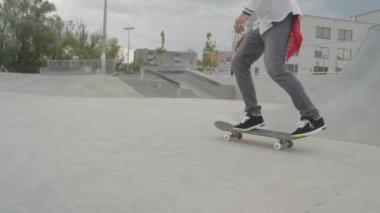 Skateboarder skating — Stock Video