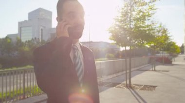 Businessman talking on the phone — Stock Video