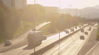 Autobahn-verkehr bei sonnenuntergang — Stockvideo