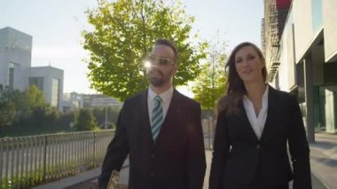 Businessman and businesswoman talking — Stock Video