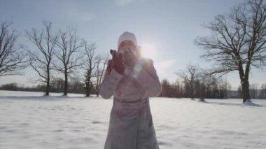 Žena fouká sníh do kamery — Stock video