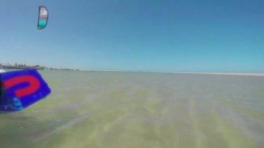 Kiteboarding rijden snel op super vlakke water — Stockvideo