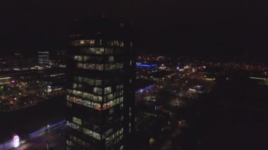 Flying around the skyscraper at night — Stock Video