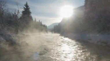 Zamlžené řeka v zimě ráno — Stock video