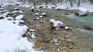 Turquoise river in snowy winter — Stock Video