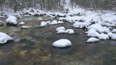 Emerald river in winter — Stock Video