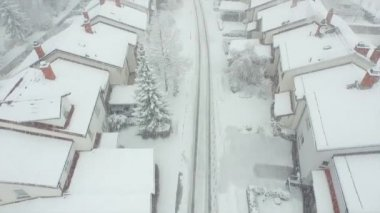 Flying above suburbia in heavy snow — Stock Video