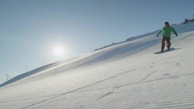 Snowboarder carving on mountains ski slope — Stok video