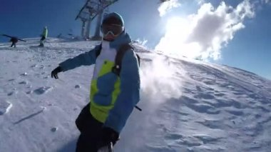 Snowboarder riding powder on a winter day — Stock Video