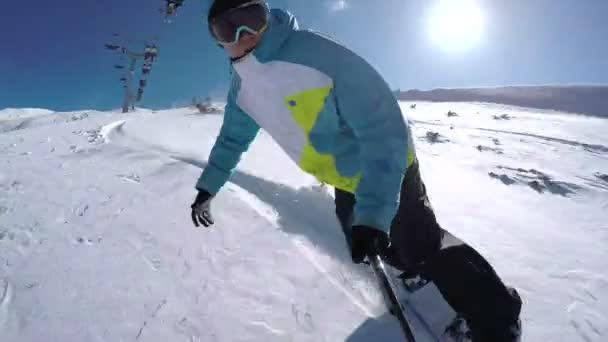 Neige poudreuse de snowboarder équitation — Vidéo
