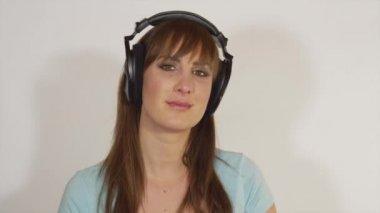 Sensual woman listening to romantic music — Stock Video
