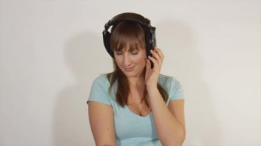 Woman with headphones enjoying in romantic music — Stock Video