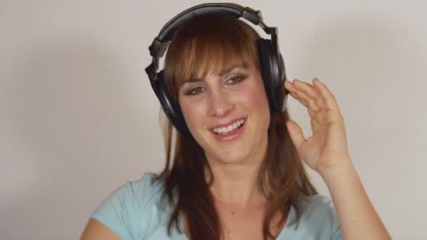 Mujer escuchando música y baile — Vídeo de stock