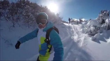 Snowboarders riding fresh snow on the sunny mountain — Stock Video