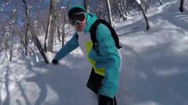 SLOW MOTION SELFIE: Snowboarder riding fresh snow in sunny winter — Stock Video