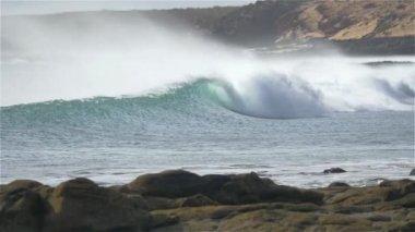 SLOW MOTION: Beautiful waves breaking on shore break — Stock Video