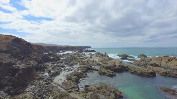 AERIAL: Flying above rough rocky coastline reef in Atlantic ocean — Vídeo de stock