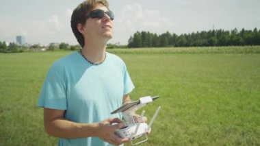 SLOW MOTION: Cheerful young pilot flying the RC drone — Stock Video