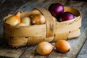 Fresh organic onions in a basket — Stock Photo