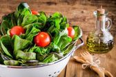 Lunch time: fresh green organic lettuce with cherry tomatoes — Foto Stock