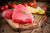 Raw tuna fillet with dill, lemon and cherry tomatoes — Stock Photo