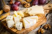 Mix Cheese: Emmental, Camembert, Parmesan, blue cheese, blue cheese, with walnuts and grape — Stock Photo