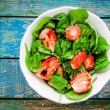Salad with fresh spinach and strawberries with balsamic sauce and sesame — Stock Photo #71333525